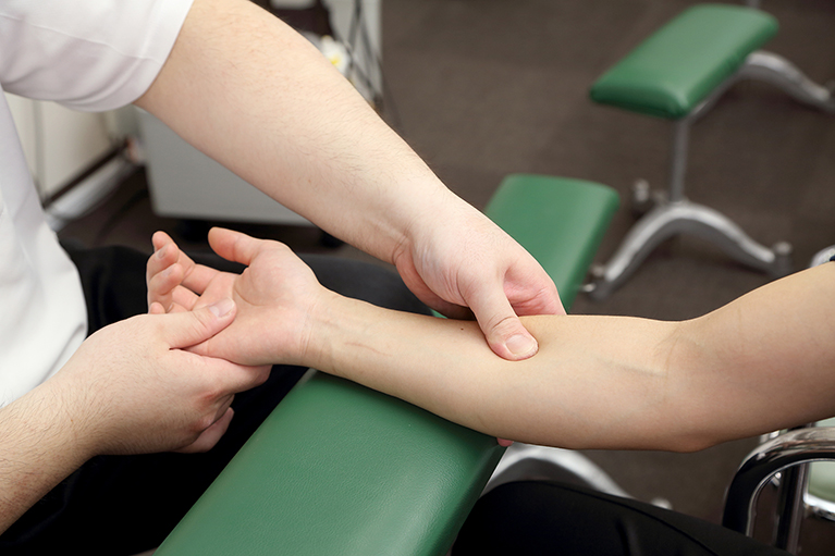 手技中心の治療を実施します